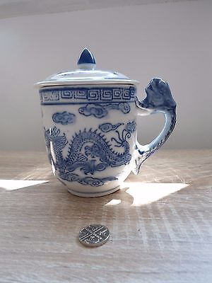 Chinese blue and white dragon design tea mug with lid