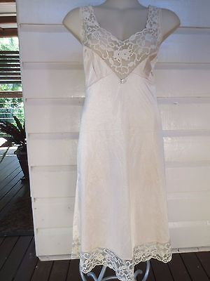 Lovely nude-tone vintage tulip lace full slip from Demure size 20 (US size 16)