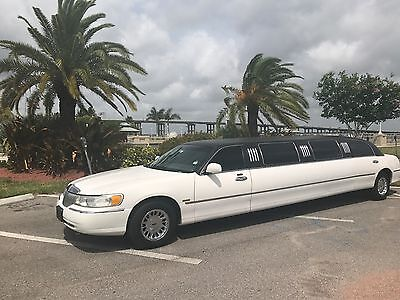 2001 Lincoln Town Car  2001 Lincoln Town car Limousine springfield Limo 120'