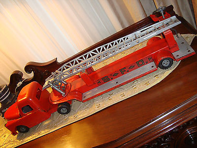 "STRUCTO 1950's PRESSED STEEL SFD LADDER FIRE TRUCK with ENGINE - 33"" LONG"