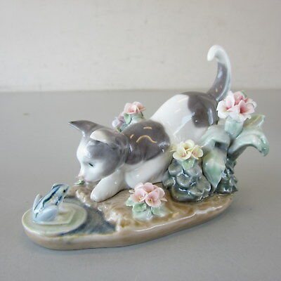 Lladro Porcelain Figurine #1442 KITTY CONFRONTATION Cat w/Frog Flowers