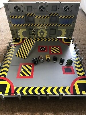 Robot Wars Arena With 6 Minibots