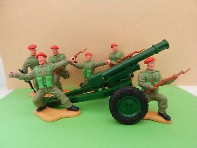 6 x TIMPO RED BERET TOY SOLDIERS WITH GUN .