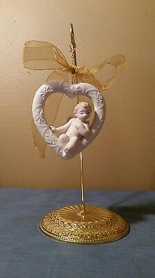 Lladro Angel Sitting on Heart Ornament Daisa 2002 Made in Spain With Stand