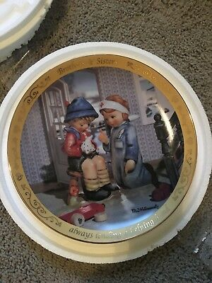 Danbury Mint M.I. Hummel Collector Plate Brothers & Sisters - Lending a Hand