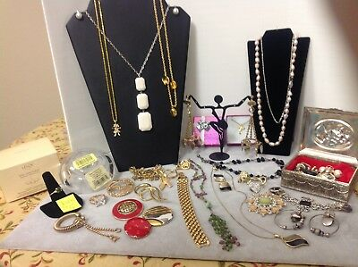 Huge Lot of Beautiful Vintage Jewelry !!!    (#A4)