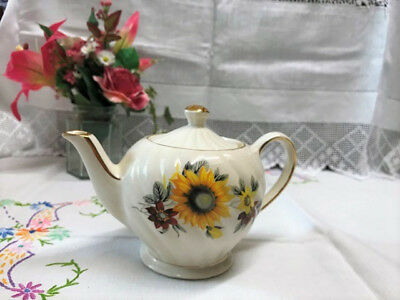 Beautiful Vintage Sadler small teapot pot for one with sunflower design