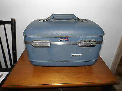 Vintage American Tourister Tiara Light Blue Hand Small Make-Up Train Case