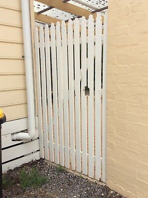 GATE - TIMBER PICKETS PAINTED ON TIMBER FRAME WHITE 1e