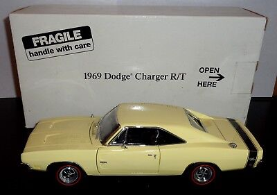 Danbury Mint 1969 Dodge Charger R/T Diecast Metal Car w Box and Title 1:24 Scale