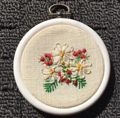 "SILK DAISY FLOWERS ""Ribbon"" Finished Needlework in White Embroidery Hoop"