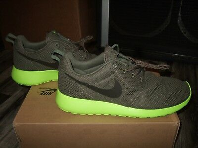 *Near Mint* NIKE Rosherun athletic shoes mens sz 9.5 retail  volt near mint