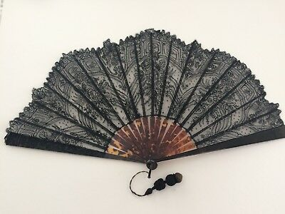 BEAUTIFUL ANTIQUE TORTOISHELL & CHANTILLY LACE FAN, late 19th/early 20th C.