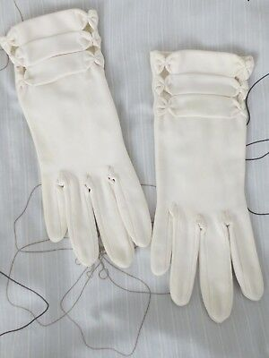 Pretty white vintage short dress gloves with pleats and bows size 6.5