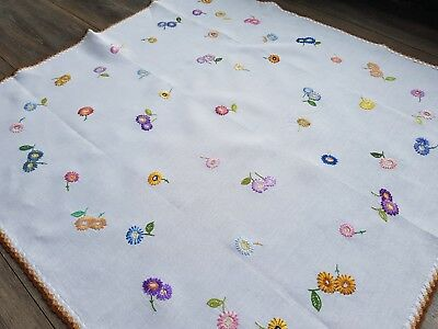 Pretty Vintage Hand Embroidered Linen Tablecloth with Daisies