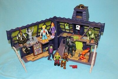 49d96f23b6 Scooby Doo HAUNTED MANSION House w LOT of VILLAINS   Action Figures Playset