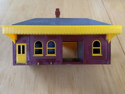 VINTAGE TRIANG STATION (R60). Made in Australia
