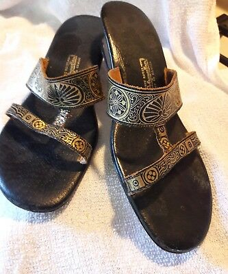 694ee29e92f5 VTG Princess Kaiulani Black Leather Sandals w  Gold Design Made in Hawaii  SZ 8