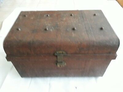 Vintage classic metal trunk/coffe table.