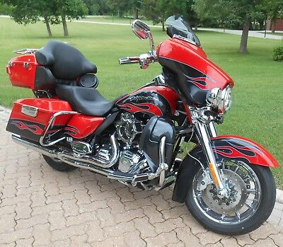 Harley-Davidson: Touring 2010 Ultra Classic Electra Glide New S & S 124 Engine