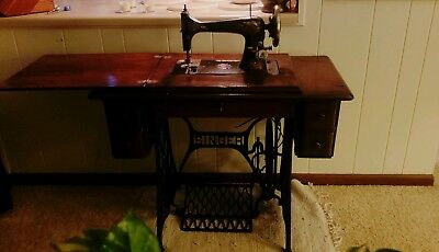 1908 Singer sewing machine- Fully Functioning in original cabinet and drawers