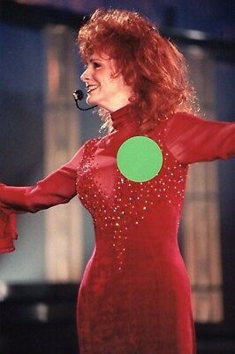 REBA McENTIRE RED DRESS 12 - 4X6 COLOR CONCERT PHOTO SET #2AA