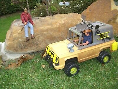 Mattel Big Jim, 2 Figuren mit Jeep, bespielt;