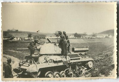 German Wwii Archive Photo: Soldiers With Captured Vickers Cruiser Mark 2 Tank