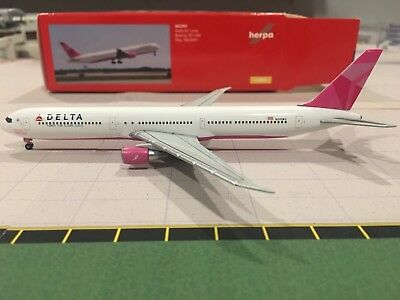"1:400 Herpa Wings  Delta Air Lines B767-400ER ""Breast Cancer Foundation"""