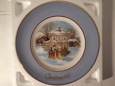 """Vintage 1977 AVON Christmas Plate, """"CAROLERS IN THE SNOW"""" In Original Box"""