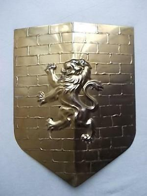 930 / ANTIQUE 1900s BRASS ARTS & CRAFTS WALL SHIELD WITH SCOTTISH RAMPANT LION