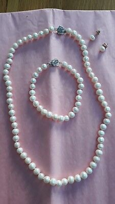 A rare and beautiful pearl necklace, bracelet and earring set
