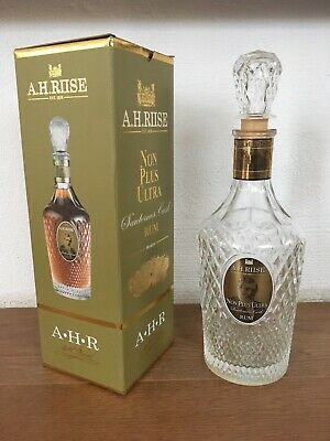 leere Glasflasche Rum A.H. Riise mit Verpackung