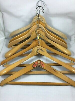 Lot de 7 anciens cintres en bois pince Set of 7 old wooden hangers très solides