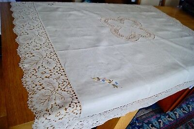 UNUSED VINTAGE CREAM IRISH LINEN EMBROIDERED TABLECLOTH Lace Edging #T65