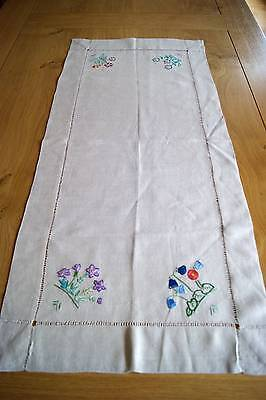 VINTAGE NATURAL UNBLEACHED LINEN EMBROIDERED TABLE RUNNER - Floral Motifs
