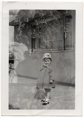 Vintage Foto Snapshot ca.1950s Double Exposure Ostern Little Girl + Outdoorsy