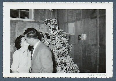 Vintage Foto Snapshot 1950s The Kiss ! Man & Woman & Tinsely Weihnachtsbaum