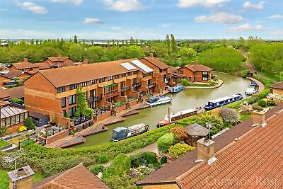 Large 4 Bedroom Canalside Home with mooring rights