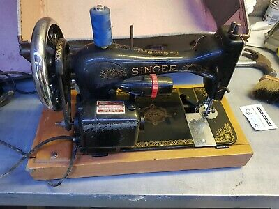 Vintage SINGER Sewing Machine 1957 with Carry case
