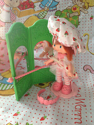 Strawberry Shortcake Dancin' Strawberry Ballerina Dancer with accessories 1983