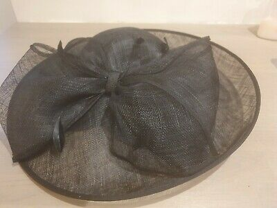 Black fascinator/hatinator  wedding/races. Worn once excellent  condition