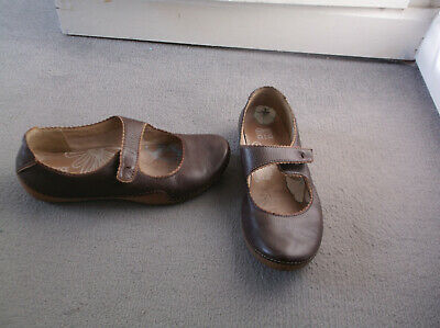 Size 6D  Clarks Active Air Trendy Brown Strap Shoes , Small Wedge, Comfy!