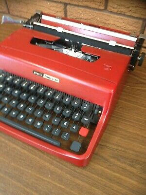 Retro Olivetti Lettera 32.  portable typewriter. Working order. Carry case