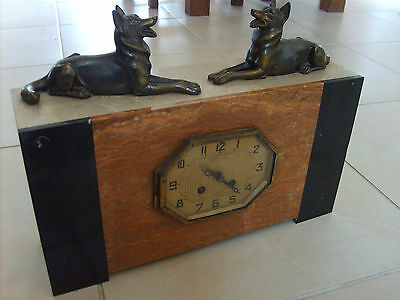 ancienne horloge pendule en marbre avec r gule chien loup. Black Bedroom Furniture Sets. Home Design Ideas