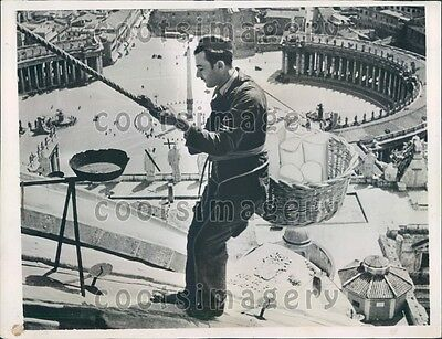 1935 Workman on Cupola of St Peter's Basilica Rome Italy Press Photo