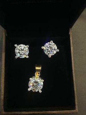 Pretty 7 Cts D VVS1 Round Brilliant Cut Pendant Earrings Set In 18KT Yellow Gold