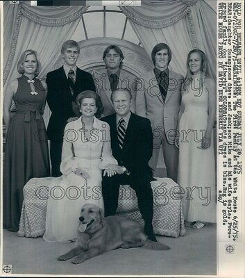 1975 President Gerald Ford & Family With Dog Press Photo