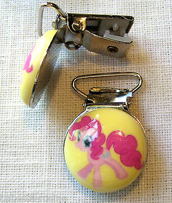 CLIP PINCE BRETELLE, CROCODILE, ATTACHE TÉTINE - PETIT PONEY ROSE Fond JAUNE