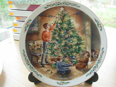 ROYAL DOULTON PLATE 1990 FAMILY CHRISTMAS THE FINISHING TOUCH 2nd IN SERIES OF 4